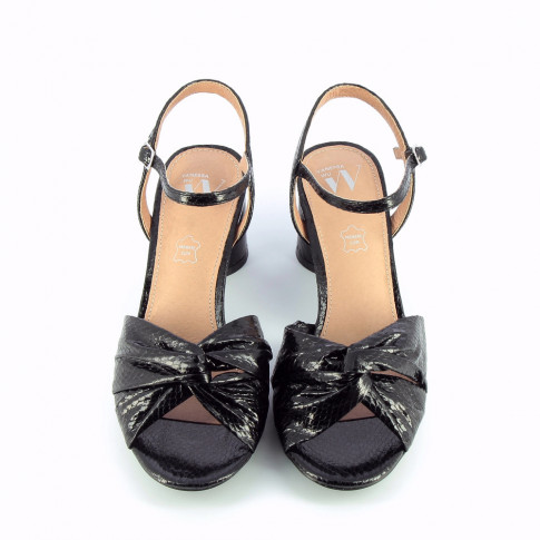 Black sandals with heel and bowed upper strap