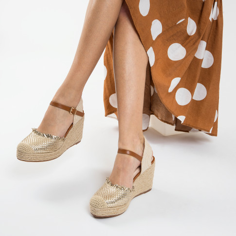 Wedge sandals with gold braiding